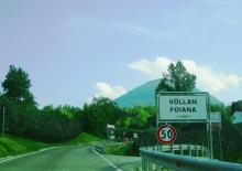 Die Einfahrt ins kleine Dorf Völlan.
